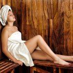Frau sitzt in einer Sauna