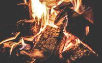 Holz brennt in einem Kamin